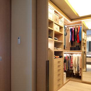 Inspiration för ett mellanstort funkis walk-in-closet för könsneutrala, med öppna hyllor, skåp i ljust trä och ljust trägolv