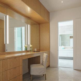 Diseño de armario vestidor unisex, marinero, grande, con armarios con paneles lisos, puertas de armario de madera oscura, suelo de cemento y suelo gris