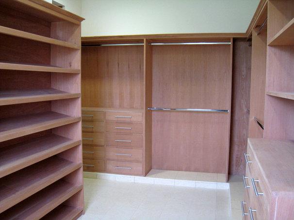 Modern Closet by Berezowski & Asociados