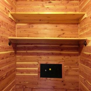 Modelo de armario unisex, tradicional, pequeño, con suelo de madera en tonos medios