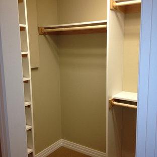 Idee per armadi e cabine armadio minimal di medie dimensioni con ante in legno bruno e moquette