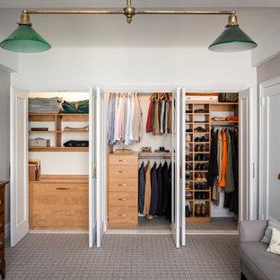 ニューヨークの男性用トランジショナルスタイルのおしゃれなフィッティングルーム (フラットパネル扉のキャビネット、中間色木目調キャビネット、カーペット敷き、グレーの床) の写真