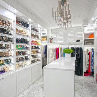 Großes Modernes Ankleidezimmer mit Ankleidebereich, weißen Schränken, Marmorboden, offenen Schränken und grauem Boden in Charleston