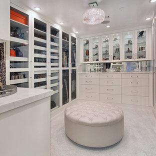 На фото: большая парадная гардеробная унисекс в современном стиле с стеклянными фасадами, белыми фасадами и ковровым покрытием с
