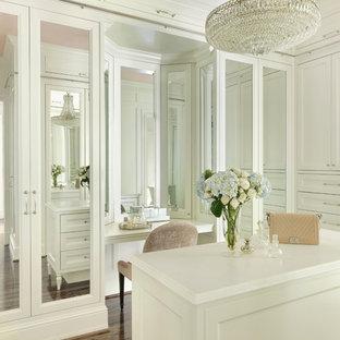 Idéer för att renovera ett stort vintage omklädningsrum för kvinnor, med luckor med infälld panel, vita skåp, brunt golv och mörkt trägolv