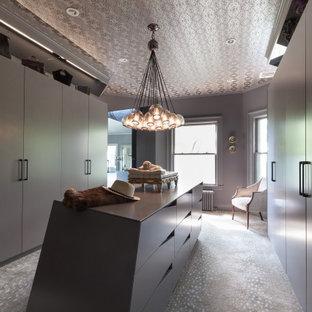 Cette image montre un dressing design avec un placard à porte plane, des portes de placard grises, moquette, un sol gris et un plafond en papier peint.