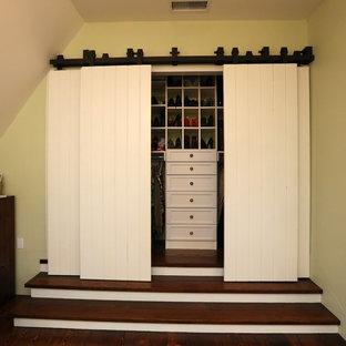Ejemplo de armario tradicional con armarios abiertos y puertas de armario blancas