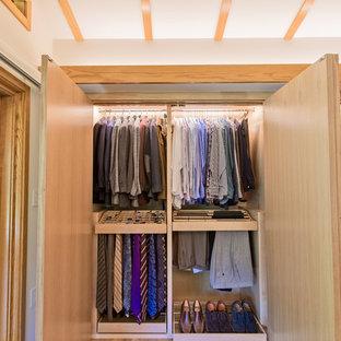 Imagen de armario de hombre, de estilo americano, de tamaño medio, con armarios abiertos, puertas de armario de madera clara, suelo de madera clara y suelo beige