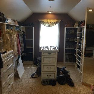 Diseño de armario y vestidor de mujer, romántico, con armarios con paneles con relieve