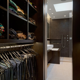 Ejemplo de armario vestidor de hombre, moderno, pequeño, con armarios abiertos, puertas de armario de madera en tonos medios y suelo de madera oscura