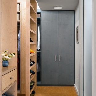 Cette photo montre un grand dressing industriel neutre avec un placard sans porte, des portes de placard en bois clair, un sol en liège et un sol marron.