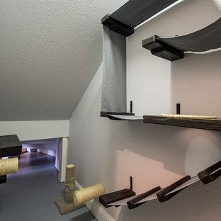 Ejemplo de armario vestidor unisex, tradicional renovado, de tamaño medio, con suelo de cemento