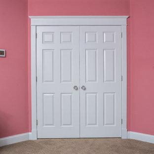 Foto di una cabina armadio per donna classica di medie dimensioni con moquette e pavimento beige