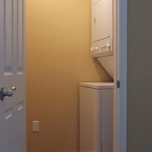 Ejemplo de armario vestidor unisex, actual, pequeño, con suelo laminado