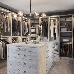 Großes, Neutrales Klassisches Ankleidezimmer mit Ankleidebereich, Schränken im Used-Look, Teppichboden und offenen Schränken in New York