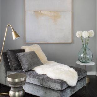 Foto di uno spazio per vestirsi unisex boho chic di medie dimensioni con ante lisce, ante in legno chiaro e parquet scuro
