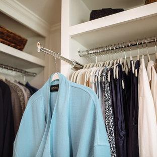 Ispirazione per una piccola cabina armadio per donna chic con ante a filo, ante bianche, parquet scuro e pavimento marrone