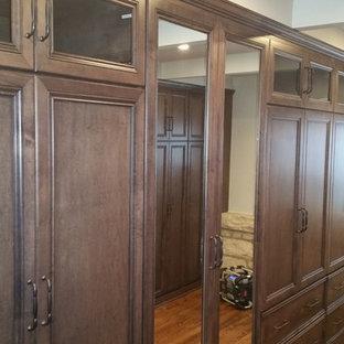 Modelo de vestidor unisex, romántico, grande, con armarios con paneles con relieve