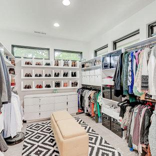 インディアナポリスの広い男女兼用コンテンポラリースタイルのおしゃれなウォークインクローゼット (シェーカースタイル扉のキャビネット、白いキャビネット、クッションフロア、グレーの床) の写真
