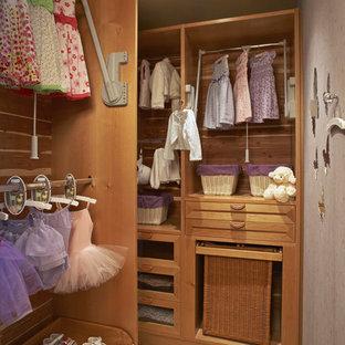 Ispirazione per una cabina armadio chic con nessun'anta e ante in legno scuro