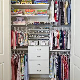 Modelo de armario tradicional con armarios abiertos y puertas de armario blancas