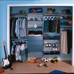 Idéer för funkis klädskåp, med öppna hyllor, blå skåp och ljust trägolv