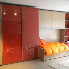 Contemporary Closet by Dario Kiper