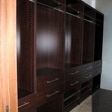 Modern Closet by THE MAUI CLOSET COMPANY