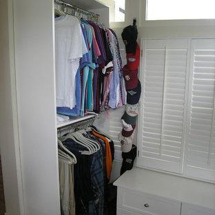 Modelo de armario vestidor unisex, tradicional, extra grande, con armarios estilo shaker, puertas de armario rojas y suelo de madera oscura
