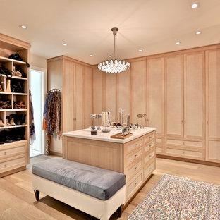 Esempio di un ampio spazio per vestirsi unisex classico con ante in legno chiaro e parquet chiaro