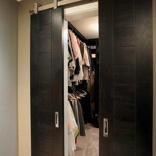 Ispirazione per una piccola cabina armadio minimal con nessun'anta e ante in legno bruno