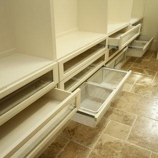 Imagen de armario vestidor unisex, clásico renovado, grande, con armarios con paneles empotrados, puertas de armario blancas y suelo de travertino