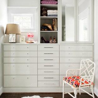 Diseño de armario y vestidor de mujer, contemporáneo, de tamaño medio, con armarios con paneles lisos, puertas de armario blancas y suelo de madera oscura
