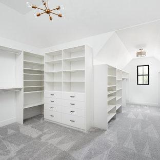 Modelo de armario vestidor unisex y abovedado, campestre, extra grande, con armarios con paneles lisos, puertas de armario blancas, moqueta y suelo gris