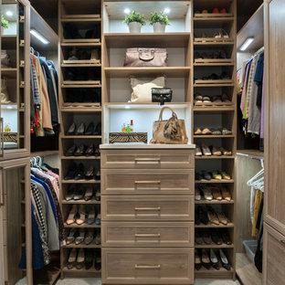 На фото: гардеробная комната среднего размера, унисекс в стиле современная классика с фасадами с утопленной филенкой, синими фасадами, ковровым покрытием и бежевым полом с