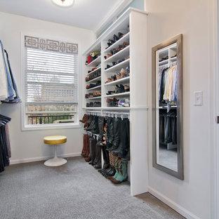Ispirazione per una grande cabina armadio unisex tradizionale con nessun'anta, ante bianche, moquette e pavimento grigio