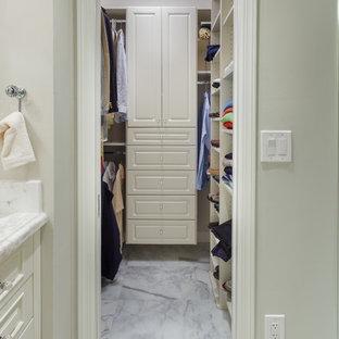 Imagen de armario vestidor de hombre, tradicional, de tamaño medio, con armarios con paneles con relieve, puertas de armario blancas y suelo de mármol
