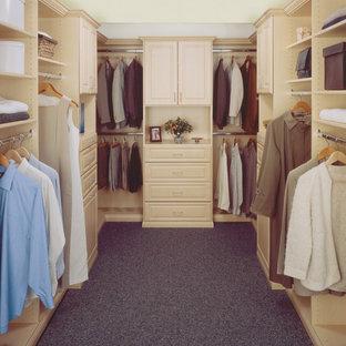 Esempio di una cabina armadio unisex classica di medie dimensioni con ante lisce e ante bianche