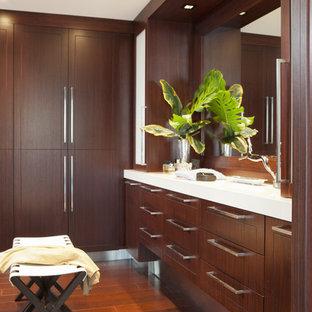 Diseño de vestidor contemporáneo con puertas de armario de madera en tonos medios