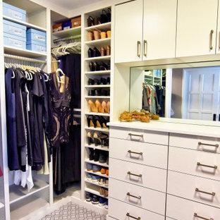 Imagen de armario vestidor de mujer, clásico renovado, grande, con armarios con paneles lisos, puertas de armario blancas, moqueta y suelo multicolor