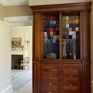 Foto de armario y vestidor de hombre con puertas de armario de madera oscura y suelo de madera pintada