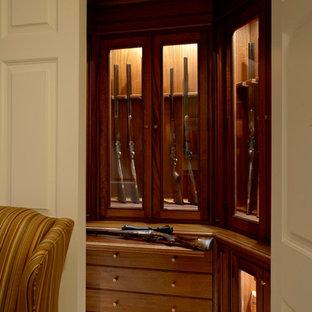 Imagen de armario y vestidor tradicional con puertas de armario de madera oscura y suelo de madera pintada