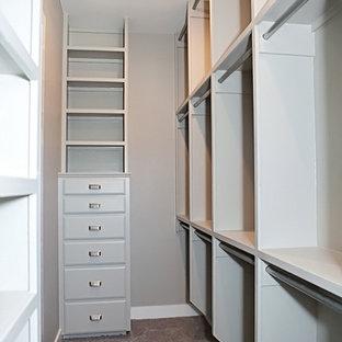 Ejemplo de armario vestidor unisex, de estilo americano, grande, con armarios con paneles lisos, puertas de armario grises y moqueta