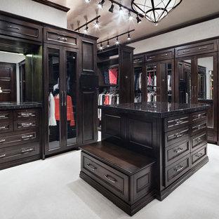 Diseño de vestidor unisex, tradicional renovado, extra grande, con puertas de armario de madera en tonos medios