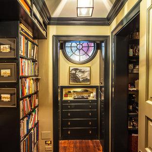 シカゴのトラディショナルスタイルのおしゃれな収納・クローゼット (オープンシェルフ、黒いキャビネット) の写真