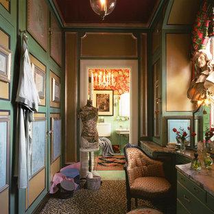 ブリッジポートの小さい女性用ヴィクトリアン調のおしゃれなフィッティングルーム (緑のキャビネット、カーペット敷き、マルチカラーの床) の写真