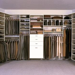 Ispirazione per una grande cabina armadio per uomo classica con ante lisce, ante bianche, moquette e pavimento grigio