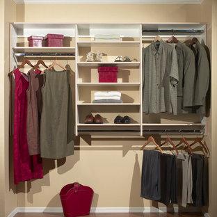 Ejemplo de armario unisex, clásico renovado, de tamaño medio, con armarios abiertos, puertas de armario blancas, suelo de madera oscura y suelo marrón