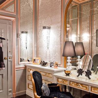ニューヨークの女性用ヴィクトリアン調のおしゃれなフィッティングルームの写真