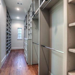 Foto de armario vestidor unisex, tradicional, de tamaño medio, con armarios abiertos, puertas de armario grises y suelo de madera en tonos medios